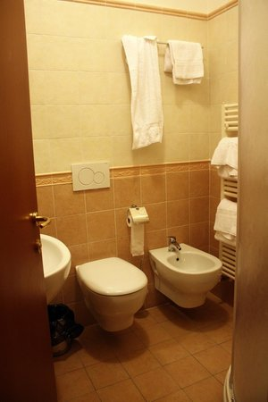 Hostel Archi Rossi : A corner shower is not visible.
