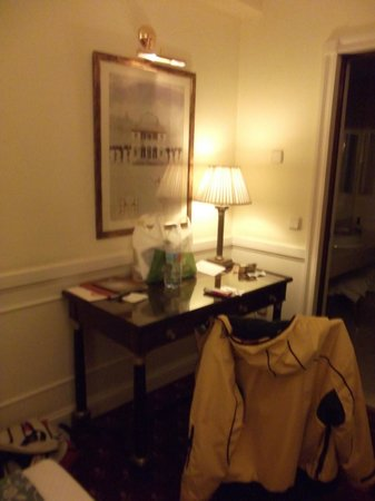 Emperador Hotel Madrid : Escritorio y al lado el baño