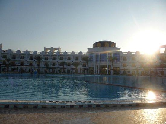 Golden 5 Topaz Suites Hotel: pool/strandområde