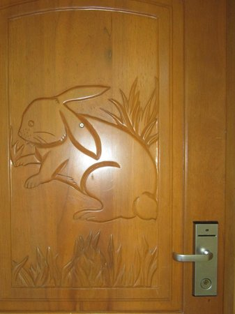 Gamboa Rainforest Resort: Beautiful door sculptures on each door 4th floor