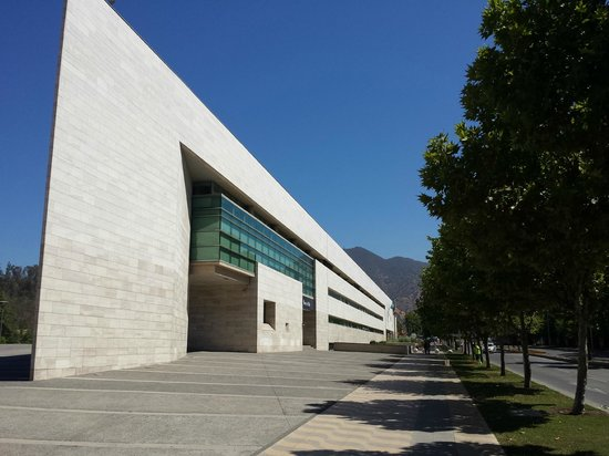 Parque Bicentenario : prefeitura de Vitacura ao lado do parque