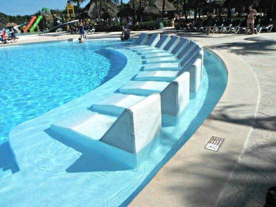 Grand Palladium Kantenah Resort & Spa : pool loungers