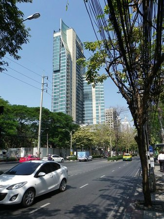 Oriental Residence Bangkok: Hotel from the road