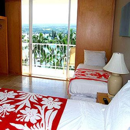 Hilo Naniloa Hotel: Ocean Front Room King Twin Beds