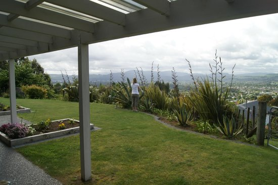 City Lights Boutique Lodge: View form room overlooking the garden & onto Rotorua