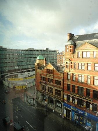 Crowne Plaza Manchester City Centre : View out to the main street