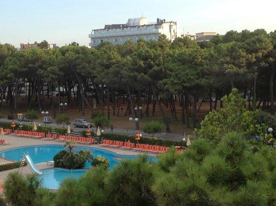 Hotel City Beach Resort: Piscina/ Aussicht vom Zimmer