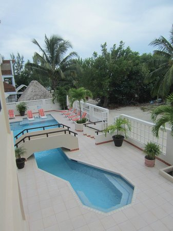 Iguana Reef Inn: View of the pool