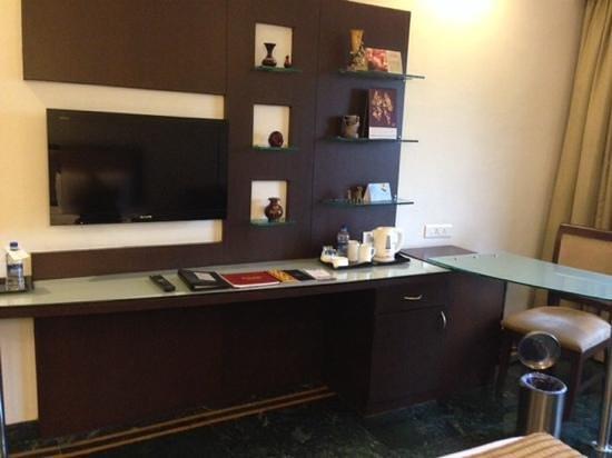 Regency Madurai by GRT Hotels : tv e angolo attrezzato con bollitore
