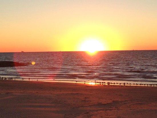 Red Roof Inn Galveston - Beachfront/Convention Center : sunrise over gulf