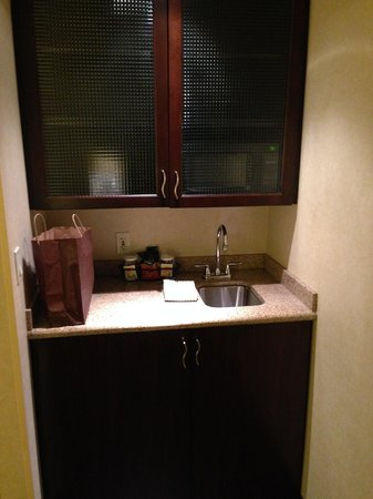 SpringHill Suites Detroit Southfield: mini bar, you can see this right when you step in the room