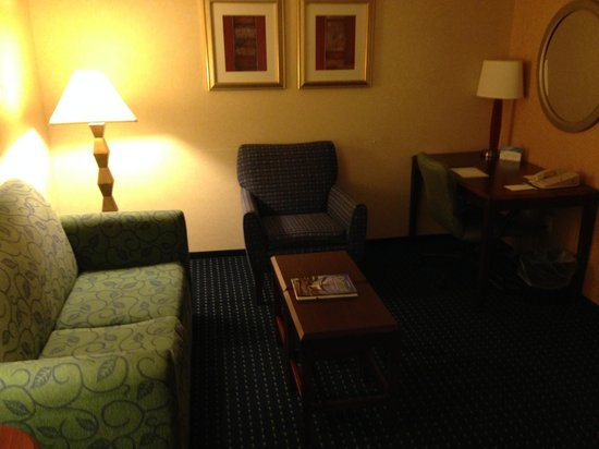 SpringHill Suites Detroit Southfield: sitting area, where you walk into the room