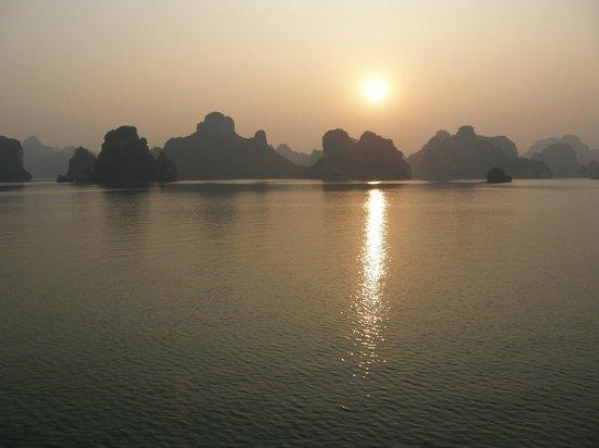 Asia Tour Advisor : Sunset in Halong Bay