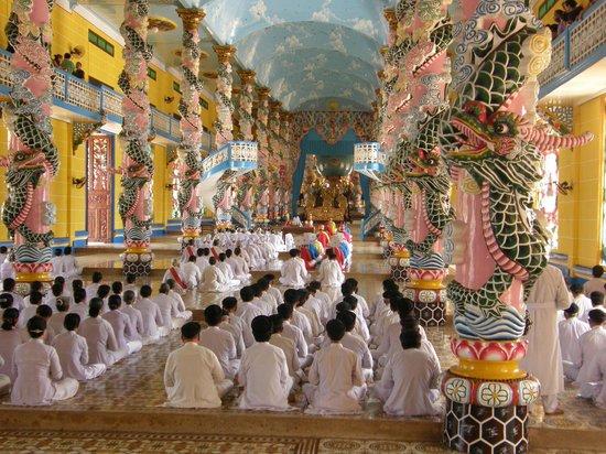 Asia Tour Advisor - Private Day Tours : inside Cao Dai temple