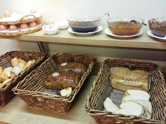 Van Belle Hotel: Panes del desayuno