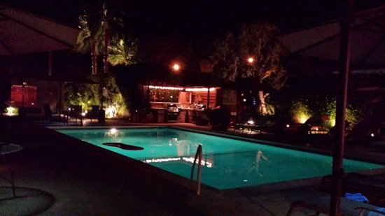 Desert Riviera Hotel: Night time view of the pool