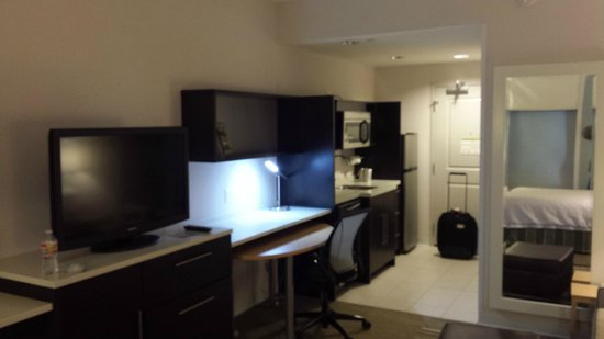 Home2 Suites by Hilton Nashville Airport: Kitchen & Workspace end of the room