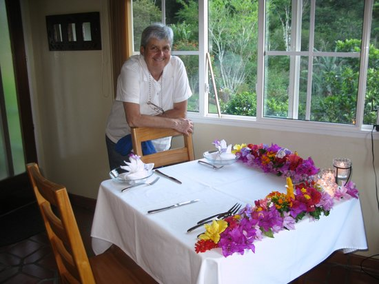 La Montana y el Valle Coffee Estate Inn: Date night table...look at the flowers!!! and Jane:)