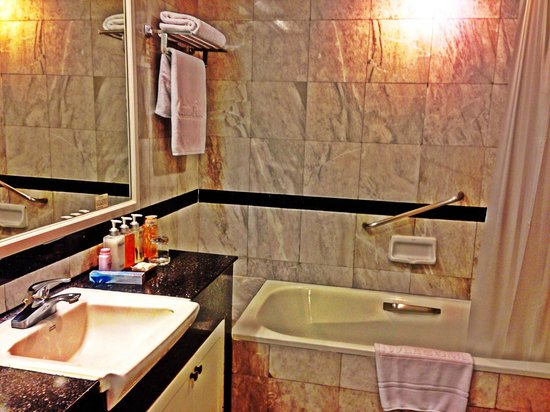 Centre Point Pratunam Hotel : bathroom