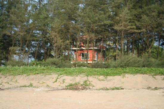 Kuzhupilly Beach House: house seen from the beach