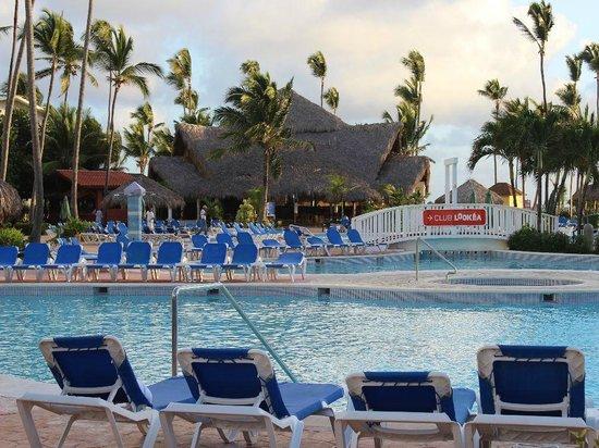 VIK Hotel Arena Blanca: Poolbereich mit Brücke