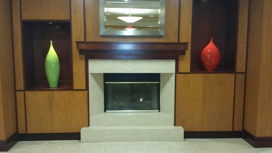 Fairfield Inn & Suites Aiken: Nice fireplace/mantel in the Lobby