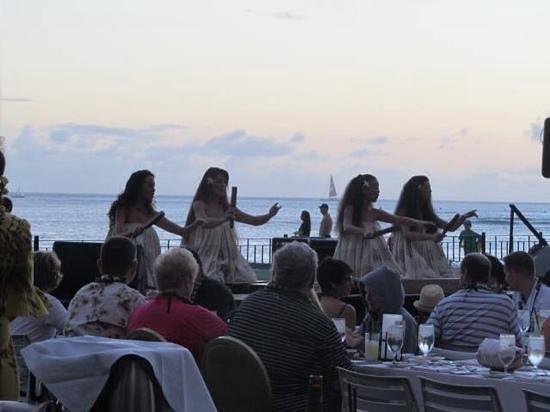 The Royal Hawaiian, a Luxury Collection Resort : hula dancers on beach