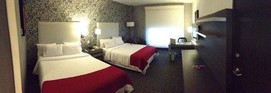 Holiday Inn Express & Suites Queretaro: Camas matrimoniales y escritorio