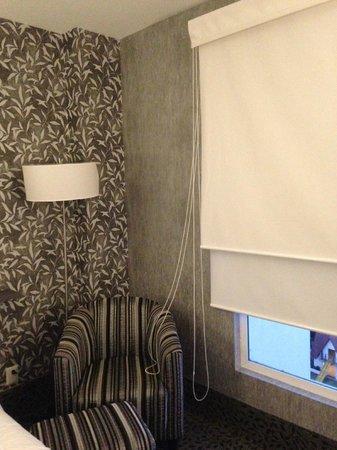 Holiday Inn Express & Suites Queretaro: Sillón y lampara junto a la ventana