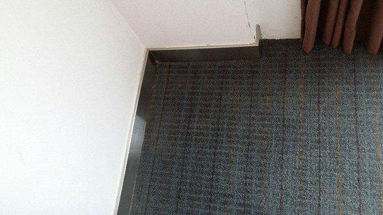 Novotel Bangkok Fenix Silom: sticky carpet and you can see worn no layering smells bad