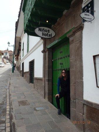 Niños Hotel: Non descript entranceway to the hidden oasis......