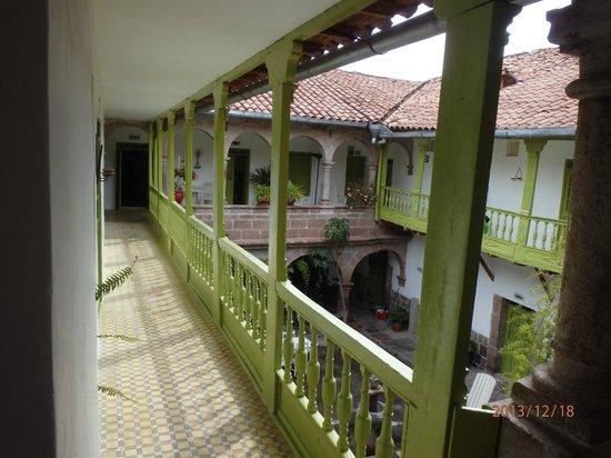 Niños Hotel: Second floor courtyard.