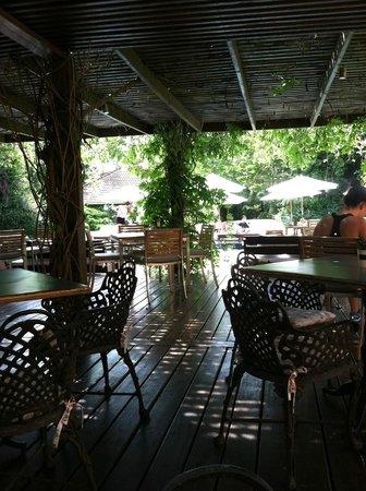 Barradas Parque Hotel & Spa : Outdoor dining area by the pool.