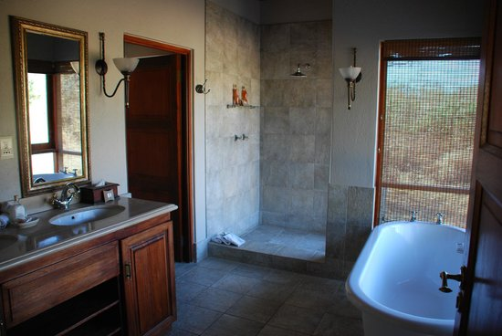 Imbali Safari Lodge: Room 1 - awesome views from shower and bath