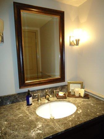 Lambertville Station Inn: Elegant Bathroom Vanity