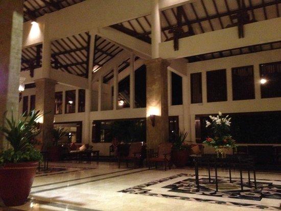 Grand Mirage Resort and Thalasso Bali: В лобби всегда царит прохлада и играет релаксирующая музыка
