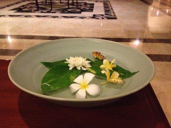 Grand Mirage Resort and Thalasso Bali: Повсюду красивые цветочные композиции, каждый день разные