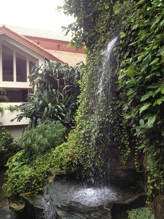 Grand Mirage Resort and Thalasso Bali: Великолепный искусственный водопад виден из лобби отеля