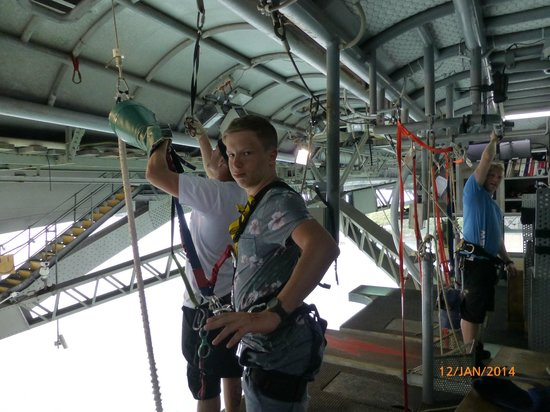Auckland Bridge Bungy - AJ Hackett Bungy : getting ready to jump