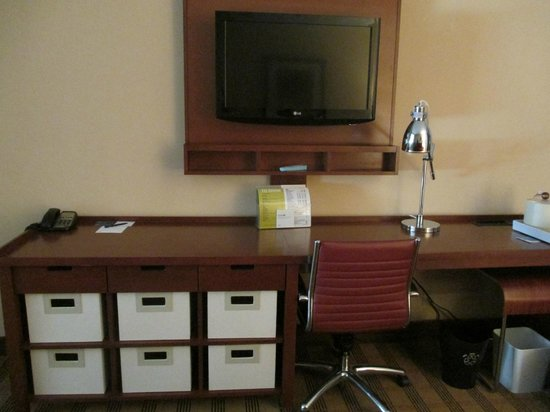 Four Points by Sheraton San Antonio Airport: Livingroom TV & Desk
