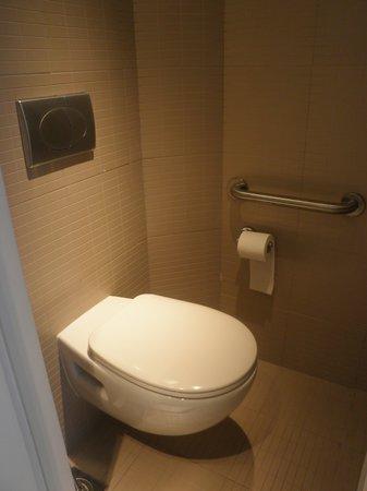 Studio M Hotel: Toilet closet