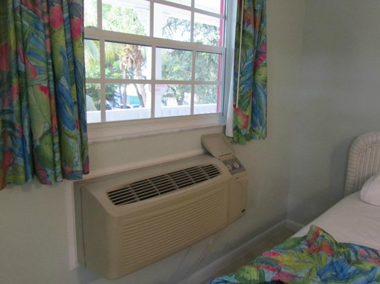 Amoray Dive Resort: AC/Heat..tip turn on the heat before you leave for diving and come back to a warm and toasty roo