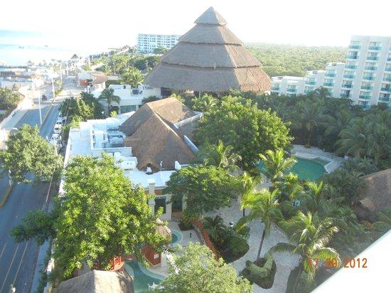 Grand Park Royal Cozumel : el techo mas alto es la recepcion, imponente, los restantes techos son los restaurantes