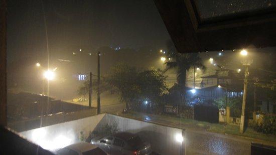 Pousada Geriba Palem: Vista de la habitacion un día de lluvia