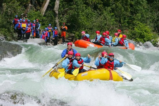 Alpine Adventures : Rafting boulder drop on the Skykomish River