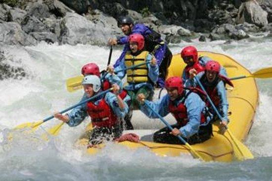 Alpine Adventures: Skykomish River rafting Boulder drop.