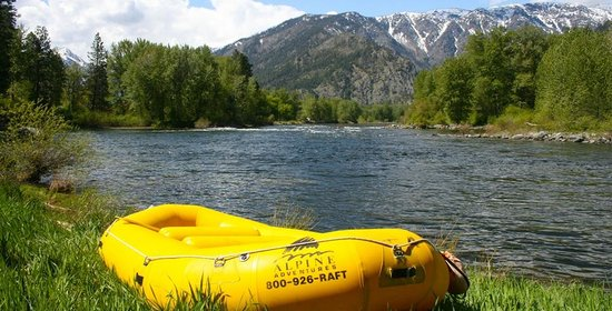 Alpine Adventures : Downtown Leavenworth family float on the Icicle River