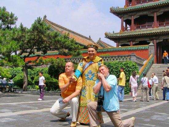 Shenyang Imperial Palace (Gu Gong): Одели в костюм императора