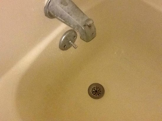 Days Inn Natchez: Tub needs TLC