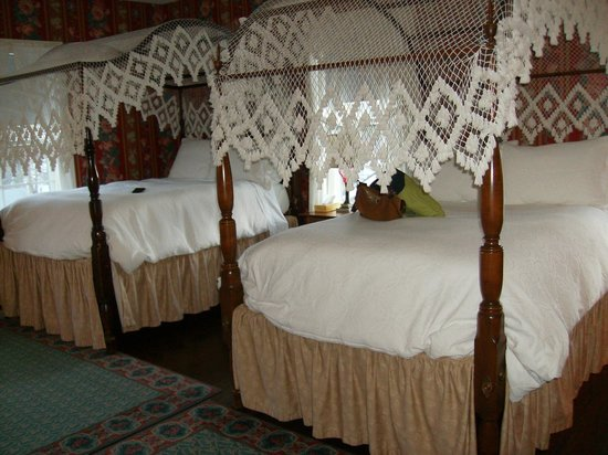 Grafton Inn: Our lovely canopy beds, so soft you could sink and get lost in them